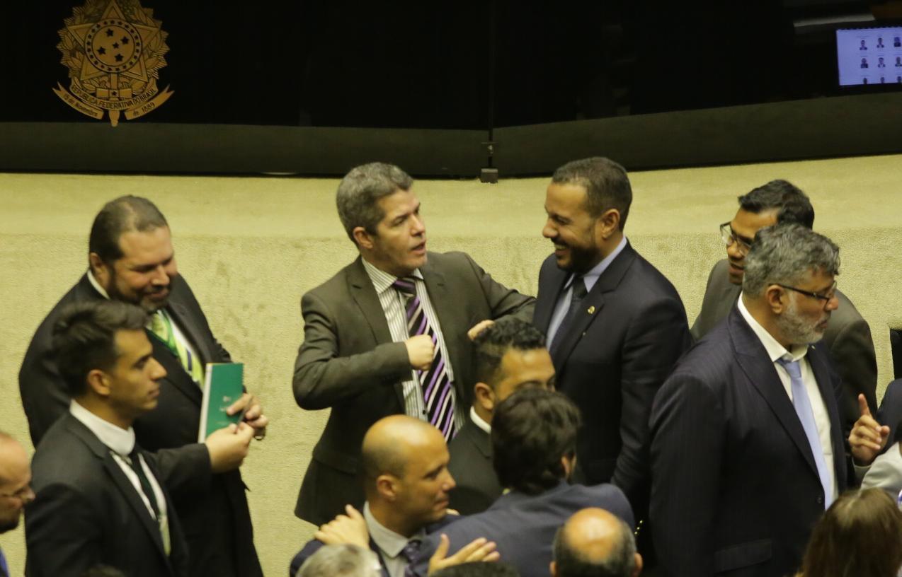 Resultado de imagem para delegado waldir no plenário da câmara